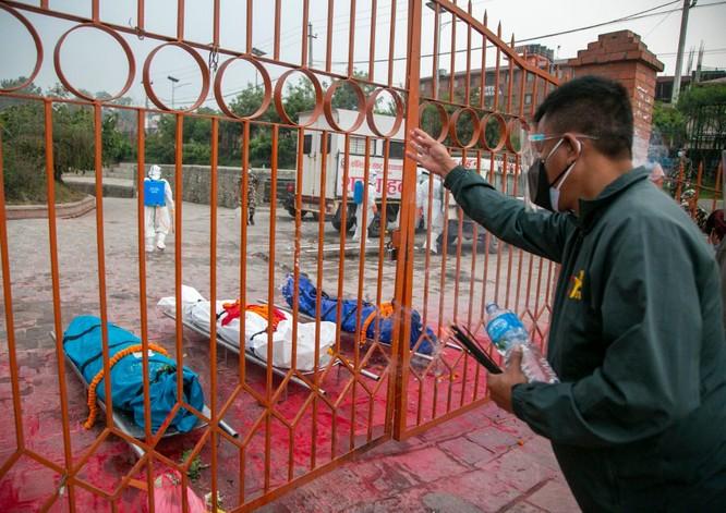 Thảm họa COVID-19 ở Ấn Độ đang lặp lại ở nước láng giềng Nepal ảnh 3