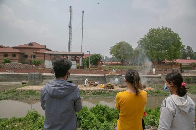 Thảm họa COVID-19 ở Ấn Độ đang lặp lại ở nước láng giềng Nepal ảnh 6
