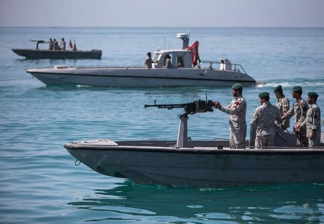 Xem video tàu Iran và tàu Mỹ đối đầu nhau trên Vịnh Ba Tư ảnh 1