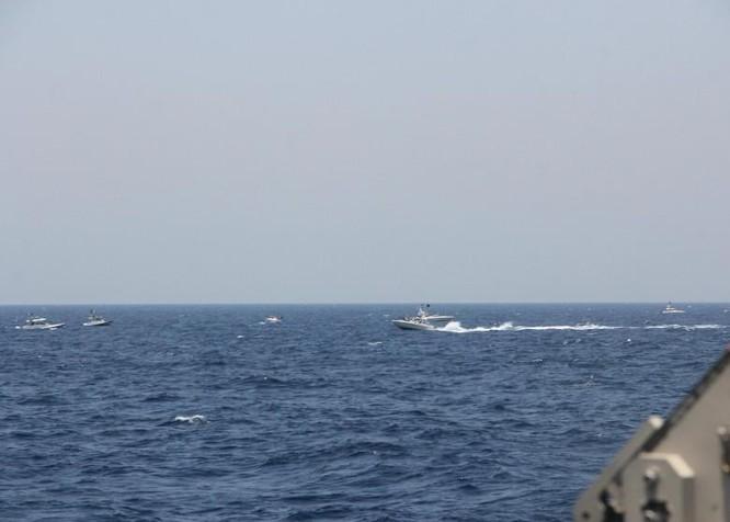 Xem video tàu Iran và tàu Mỹ đối đầu nhau trên Vịnh Ba Tư ảnh 2