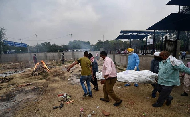 Thảm kịch ở Ấn Độ: người sống chờ giường bệnh, người chết đợi được thiêu ảnh 2