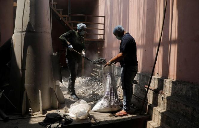 Thảm kịch ở Ấn Độ: người sống chờ giường bệnh, người chết đợi được thiêu ảnh 5