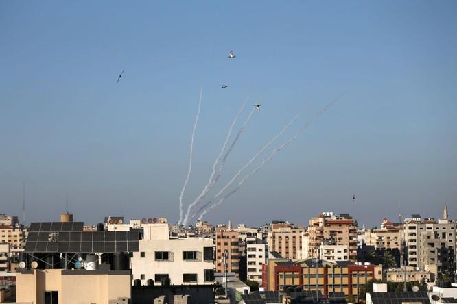 Xung đột Palestine – Israel: Hamas đổi chiến thuật phóng tên lửa; quân đội Israel tấn công mặt đất ảnh 8