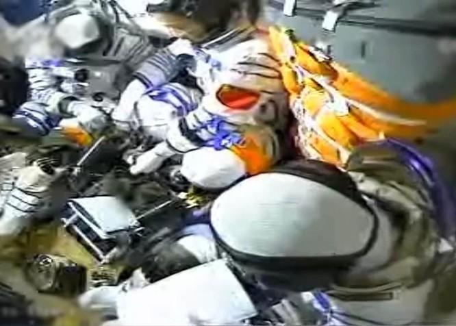 Trung Quốc phóng thành công tàu vũ trụ đưa 3 phi hành gia lên không gian sống 3 tháng ảnh 2