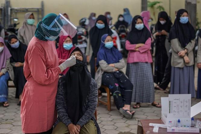 """Phóng sự ảnh: """"Sóng thần dịch bệnh COVID-19"""" đang tàn phá Indonesia ảnh 1"""