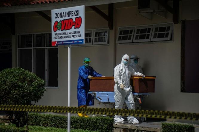 """Phóng sự ảnh: """"Sóng thần dịch bệnh COVID-19"""" đang tàn phá Indonesia ảnh 7"""