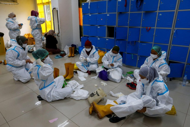 """Phóng sự ảnh: """"Sóng thần dịch bệnh COVID-19"""" đang tàn phá Indonesia ảnh 8"""