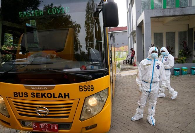 """Phóng sự ảnh: """"Sóng thần dịch bệnh COVID-19"""" đang tàn phá Indonesia ảnh 12"""