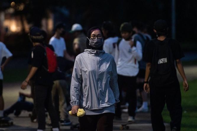 """Phóng sự ảnh: """"Sóng thần dịch bệnh COVID-19"""" đang tàn phá Indonesia ảnh 13"""