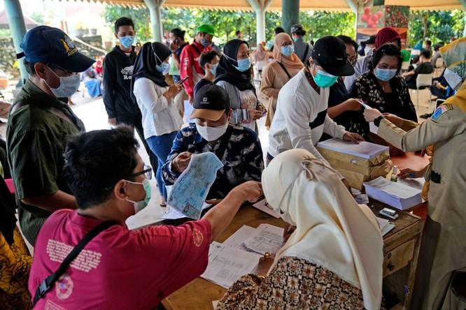 """Phóng sự ảnh: """"Sóng thần dịch bệnh COVID-19"""" đang tàn phá Indonesia ảnh 15"""