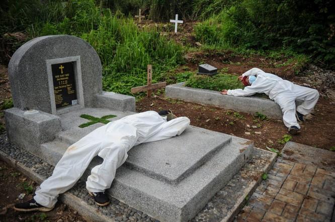 """Phóng sự ảnh: """"Sóng thần dịch bệnh COVID-19"""" đang tàn phá Indonesia ảnh 16"""
