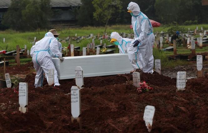 """Phóng sự ảnh: """"Sóng thần dịch bệnh COVID-19"""" đang tàn phá Indonesia ảnh 6"""