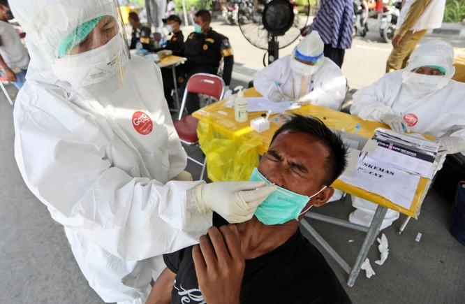 """Phóng sự ảnh: """"Sóng thần dịch bệnh COVID-19"""" đang tàn phá Indonesia ảnh 3"""