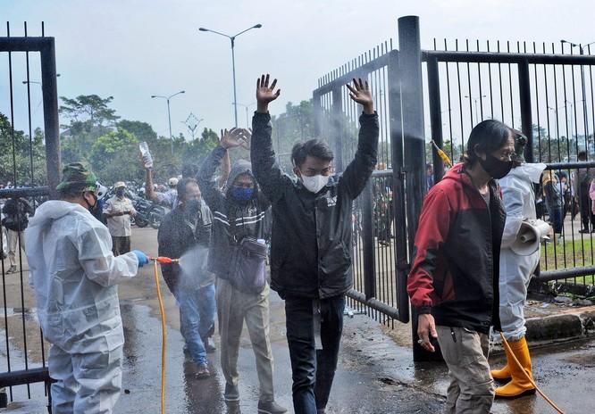 """Phóng sự ảnh: """"Sóng thần dịch bệnh COVID-19"""" đang tàn phá Indonesia ảnh 4"""