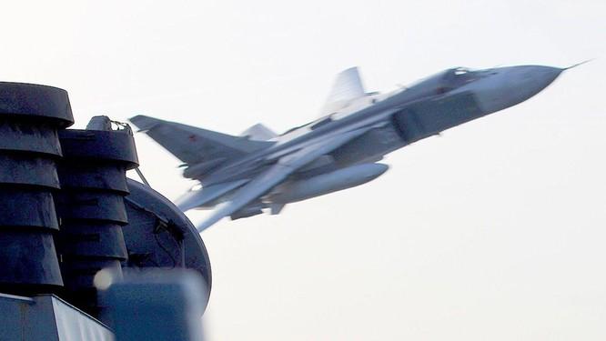 Vụ Su-24 Nga ném bom HMS Defender Anh ở Biển Đen: Nga bảo có, Anh nói không! ảnh 3