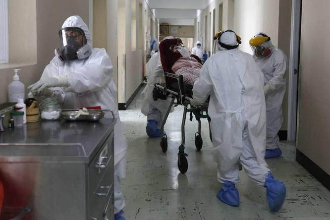 Vi phạm quy định phòng dịch, ôm hôn nữ trợ lý, Bộ trưởng Y tế Anh mất chức ảnh 4
