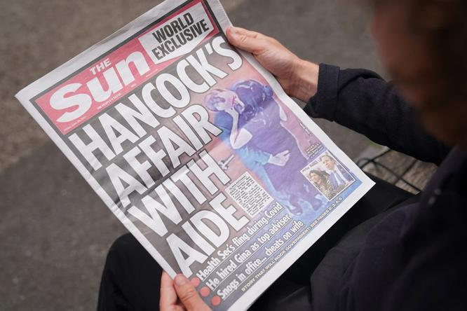 Vi phạm quy định phòng dịch, ôm hôn nữ trợ lý, Bộ trưởng Y tế Anh mất chức ảnh 2