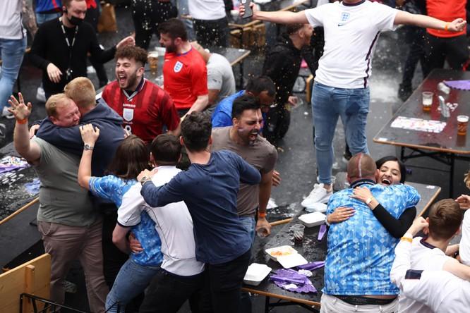 Các trận đấu tại EURO 2020 - lỗ hổng lớn trong công tác phòng chống COVID-19 của châu Âu? ảnh 5