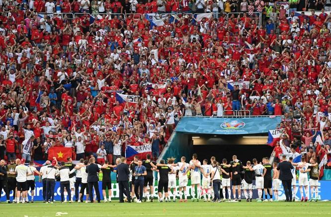 Các trận đấu tại EURO 2020 - lỗ hổng lớn trong công tác phòng chống COVID-19 của châu Âu? ảnh 3