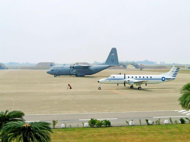 Máy bay quân sự Mỹ liên tiếp hạ cánh xuống Đài Loan, Trung Quốc nổi xung ảnh 3