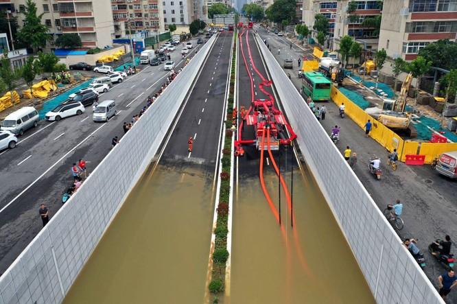 Thảm kịch lũ lụt ở Trung Quốc: 61 người chết và mất tích, thiệt hại gần 10 tỉ USD ảnh 7