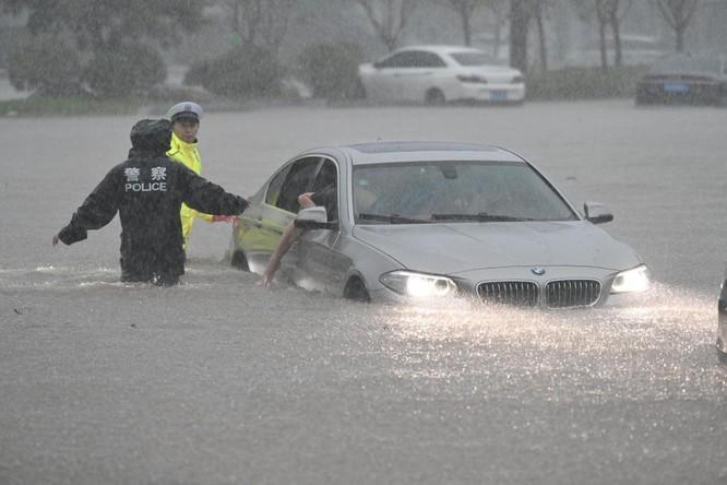 Thảm kịch lũ lụt ở Trung Quốc: 61 người chết và mất tích, thiệt hại gần 10 tỉ USD ảnh 1
