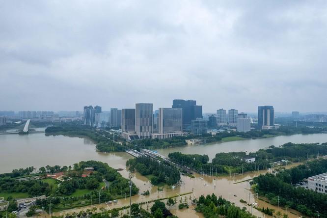 Thảm kịch lũ lụt ở Trung Quốc: 61 người chết và mất tích, thiệt hại gần 10 tỉ USD ảnh 5