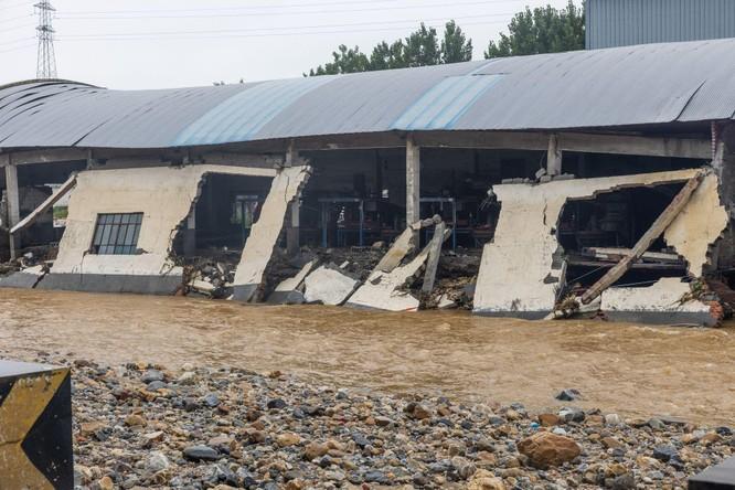 Thảm kịch lũ lụt ở Trung Quốc: 61 người chết và mất tích, thiệt hại gần 10 tỉ USD ảnh 8