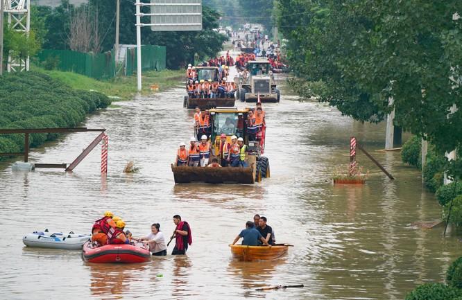 Thảm kịch lũ lụt ở Trung Quốc: 61 người chết và mất tích, thiệt hại gần 10 tỉ USD ảnh 6
