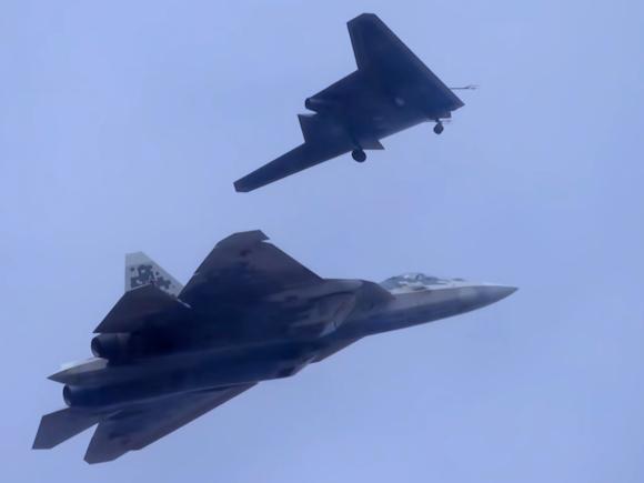 """Giải mã máy bay không người lái chiến đấu S-70 """"Okhotnik"""" Nga chuẩn bị sản xuất hàng loạt ảnh 1"""