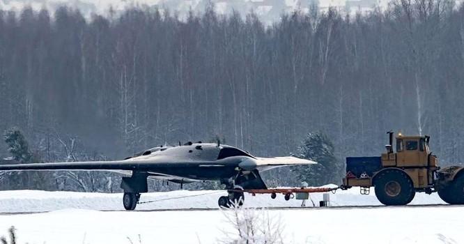 """Giải mã máy bay không người lái chiến đấu S-70 """"Okhotnik"""" Nga chuẩn bị sản xuất hàng loạt ảnh 5"""
