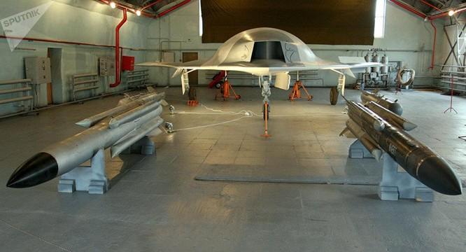 """Giải mã máy bay không người lái chiến đấu S-70 """"Okhotnik"""" Nga chuẩn bị sản xuất hàng loạt ảnh 4"""
