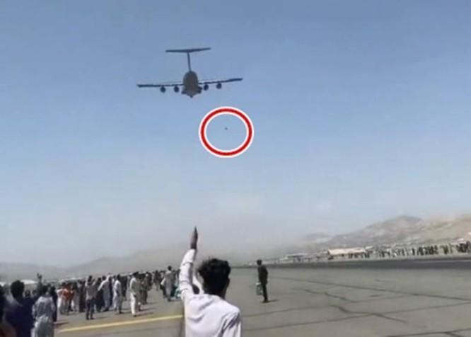 Hãi hùng cảnh người Afghanistan bám máy bay Mỹ tháo chạy rơi từ trên không xuống đất ảnh 2