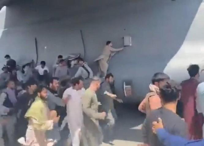 Hãi hùng cảnh người Afghanistan bám máy bay Mỹ tháo chạy rơi từ trên không xuống đất ảnh 1
