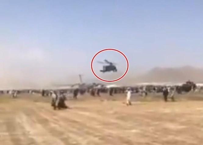 Hãi hùng cảnh người Afghanistan bám máy bay Mỹ tháo chạy rơi từ trên không xuống đất ảnh 5