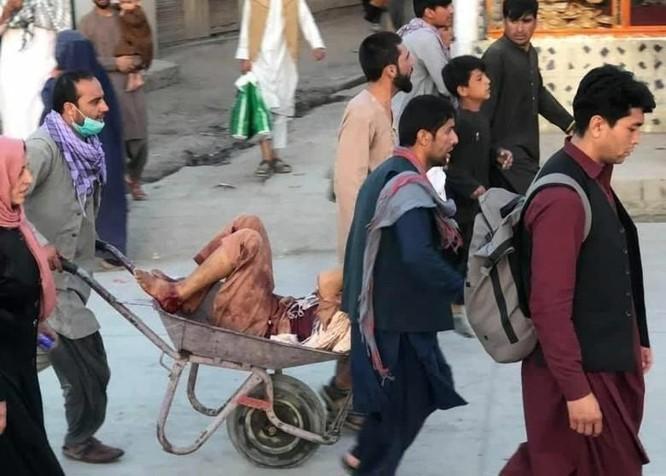 Nóng: Sân bay Kabul bị đánh bom liều chết, ít nhất 50 người chết và bị thương ảnh 1
