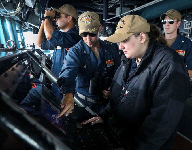 Thách thức quy định mới của Trung Quốc, Mỹ cho tàu chiến vào vùng bên trong 12 hải lý đảo nhân tạo ảnh 1