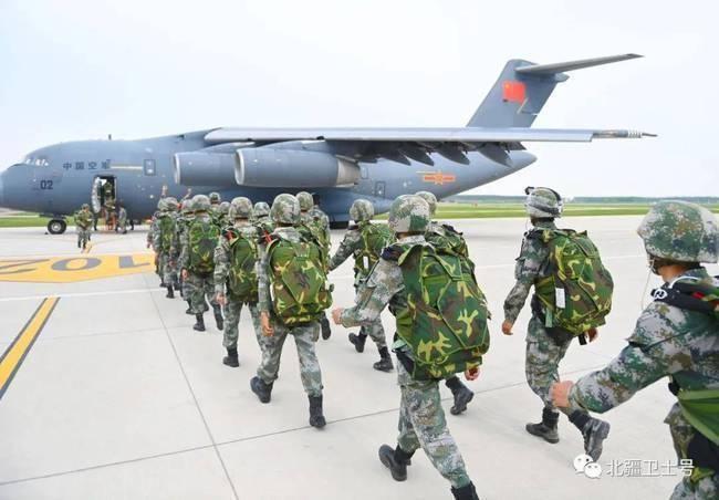 Trung Quốc lần đầu tiên công khai tin điều máy bay vận tải hạng nặng Y-20 tới Trường Sa ảnh 4