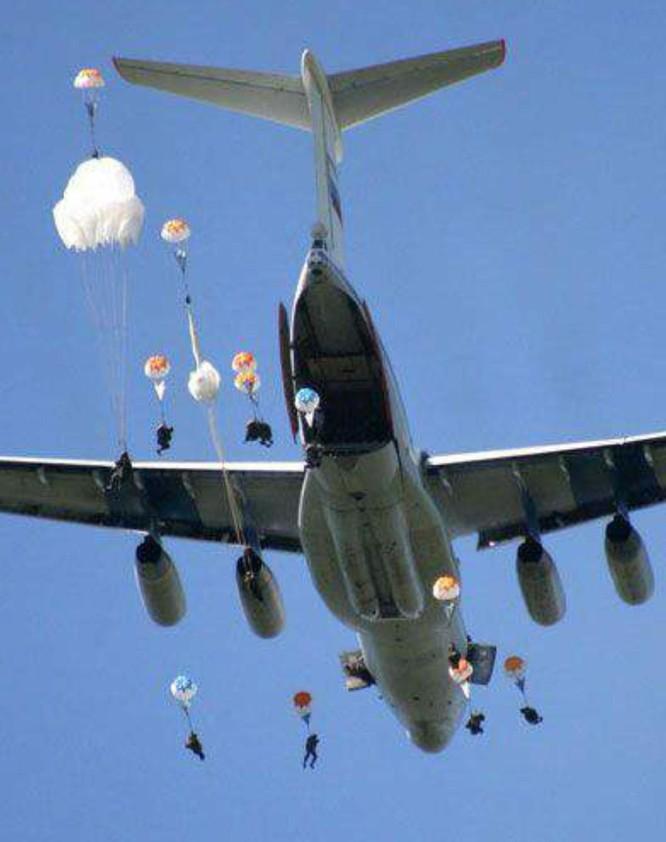 Trung Quốc lần đầu tiên công khai tin điều máy bay vận tải hạng nặng Y-20 tới Trường Sa ảnh 3
