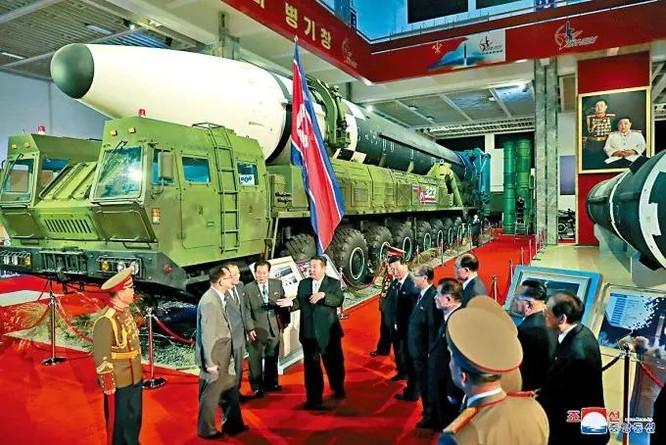 Xem tên lửa siêu thanh Hwasong-8 và các vũ khí mới được Triều Tiên trưng bày ảnh 4