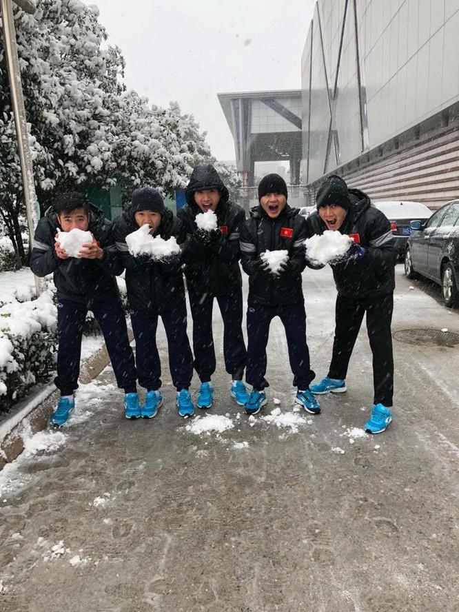 Tuyển thủ U23 Việt Nam vui đùa dưới tuyết trước trận quyết đấu ảnh 1