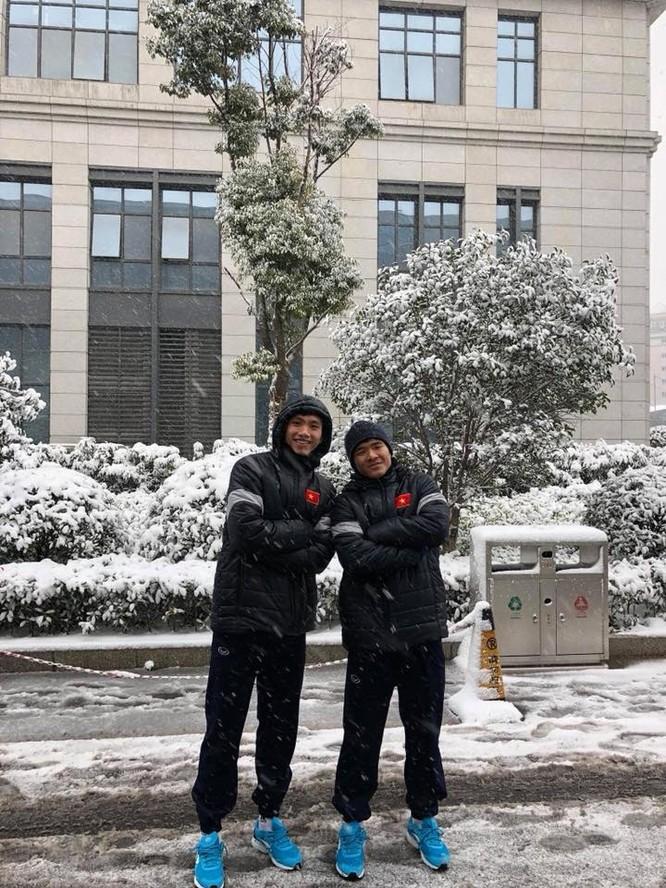 Tuyển thủ U23 Việt Nam vui đùa dưới tuyết trước trận quyết đấu ảnh 2