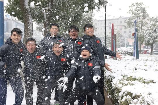 Tuyển thủ U23 Việt Nam vui đùa dưới tuyết trước trận quyết đấu ảnh 4