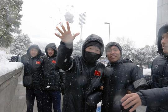 Tuyển thủ U23 Việt Nam vui đùa dưới tuyết trước trận quyết đấu ảnh 5