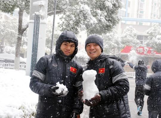 Tuyển thủ U23 Việt Nam vui đùa dưới tuyết trước trận quyết đấu ảnh 3