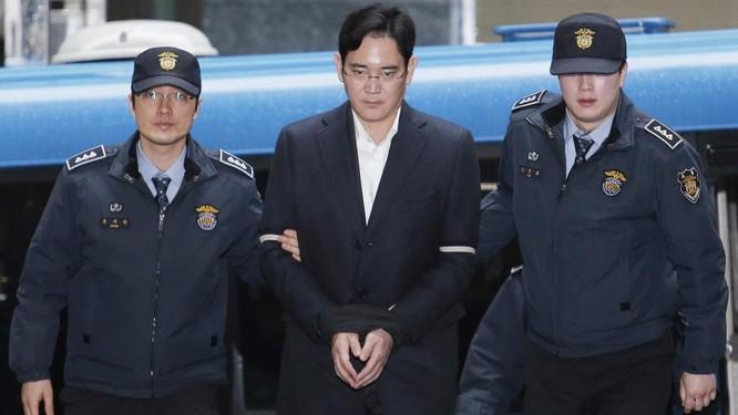 """""""Thái tử Samsung"""" Lee Jae-yong đã được thả tự do ảnh 1"""