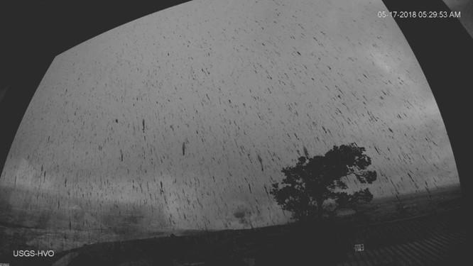 Hãi hùng cảnh núi lửa Kilanuea phun trào tạo nên cột khói bụi cao hàng nghìn mét trên bầu trời Hawaii ảnh 1