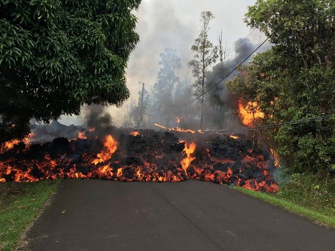 Hãi hùng cảnh núi lửa Kilanuea phun trào tạo nên cột khói bụi cao hàng nghìn mét trên bầu trời Hawaii ảnh 9