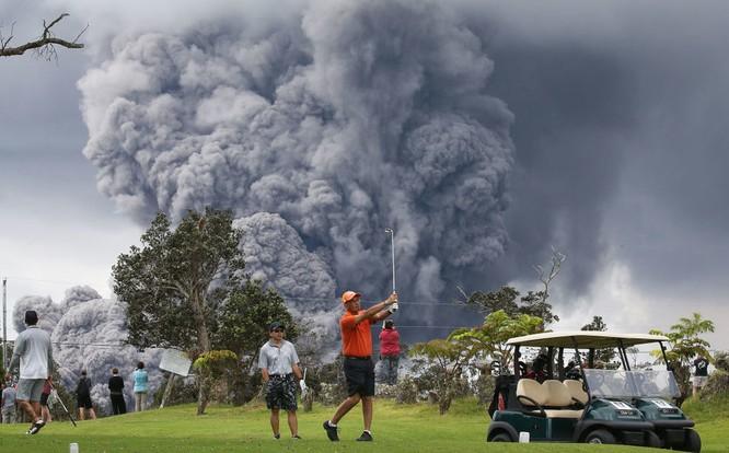 Hãi hùng cảnh núi lửa Kilanuea phun trào tạo nên cột khói bụi cao hàng nghìn mét trên bầu trời Hawaii ảnh 3
