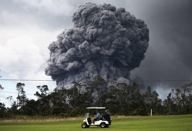 Hãi hùng cảnh núi lửa Kilanuea phun trào tạo nên cột khói bụi cao hàng nghìn mét trên bầu trời Hawaii ảnh 4